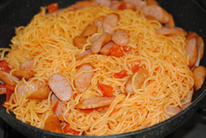 大皿で♪粗挽きウインナーの焼そば(チーズのせ)☆トマト風味☆【マルちゃんで焼そばパーティ#7】の作り方